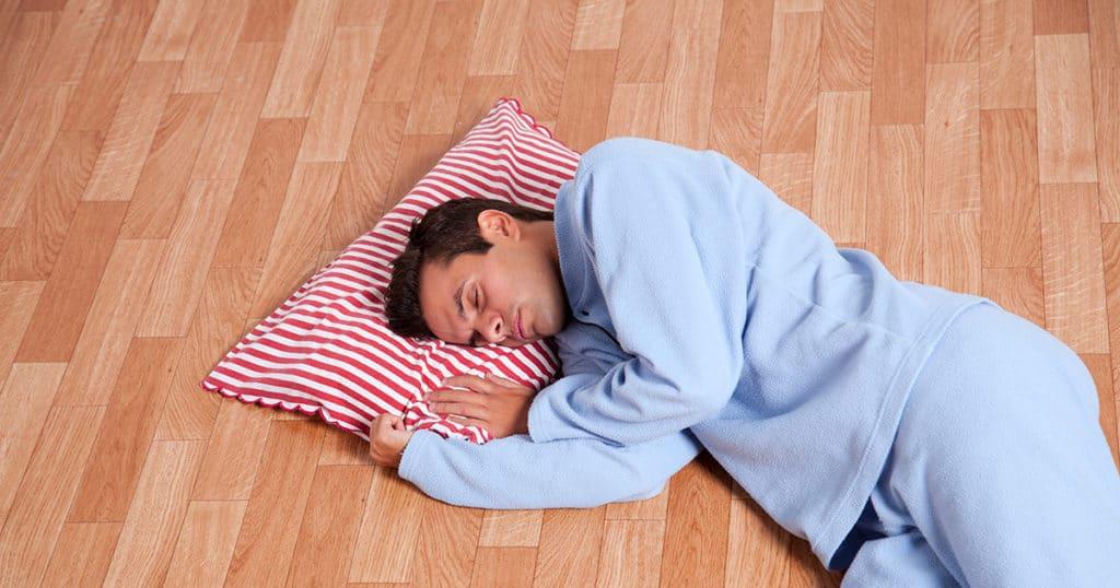 dormir no chão ajuda na dor nas costas?