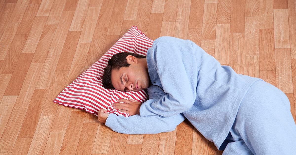 Dormir no chão faz bem para as costas? 2
